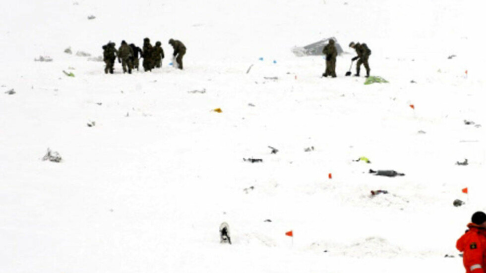 FUNNSTEDET: Letemannskaper i sving i området der en rekke vrakrester og levninger ble funnet, i et snøskred som ble utløst av styrten. Foto: POLITIET I NORRBOTTEN