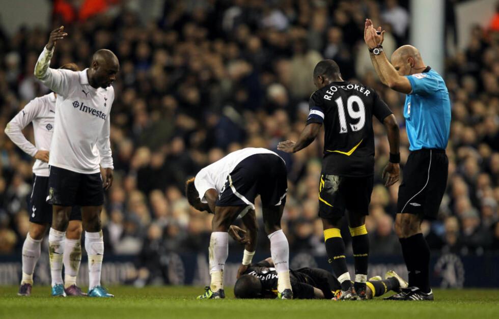 FRAKTET UT PÅ BÅRE:Rett før pause i kampen mot Tottenham ble Bolton-spiller Fabrice Muamba liggende bevisstløs på banen. Foto: Scanpix