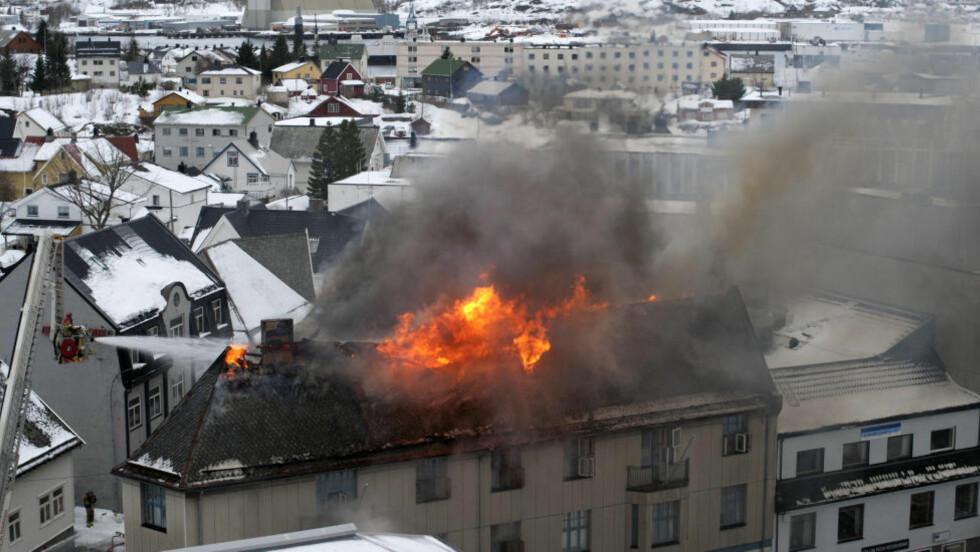 KRAFTIG BRANN:  Brannen midt i Svolvær sentrum brøt ut i ettermiddag. En person er sendt til sykehus med lettere røykskader. Foto: André J. Eilertsen, Aurora Borealis Multimedia AS