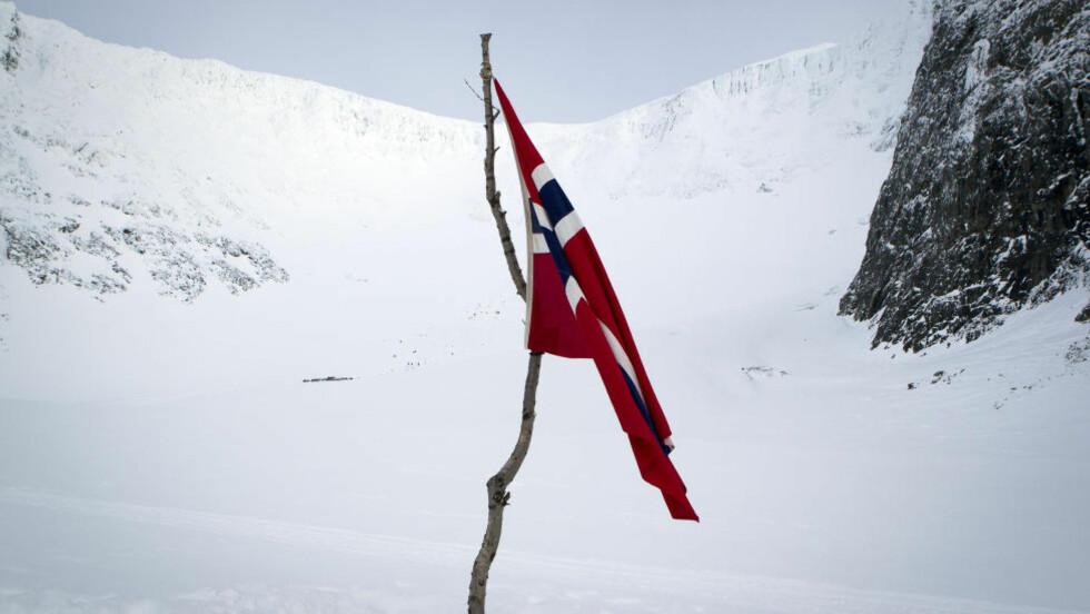NORSKE FARGER:  De norske fargene vaier slitent på toppen av Kebnekaise. Ståle Garberg var en av fem norske offiserer som mistet livet på den svenske fjelltoppen. Foto: Roger Vikström