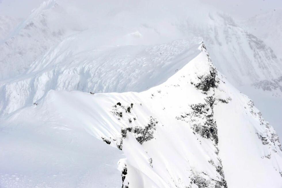 LUMSK: Kebnekaise er beryktet blant flygere for vanskelige værforhold. Sterk turbulens forekommer ofte, som på torsdag, da det norske Hercules-flyet krasjet i fjellets vestside. Foto: FORSVARET