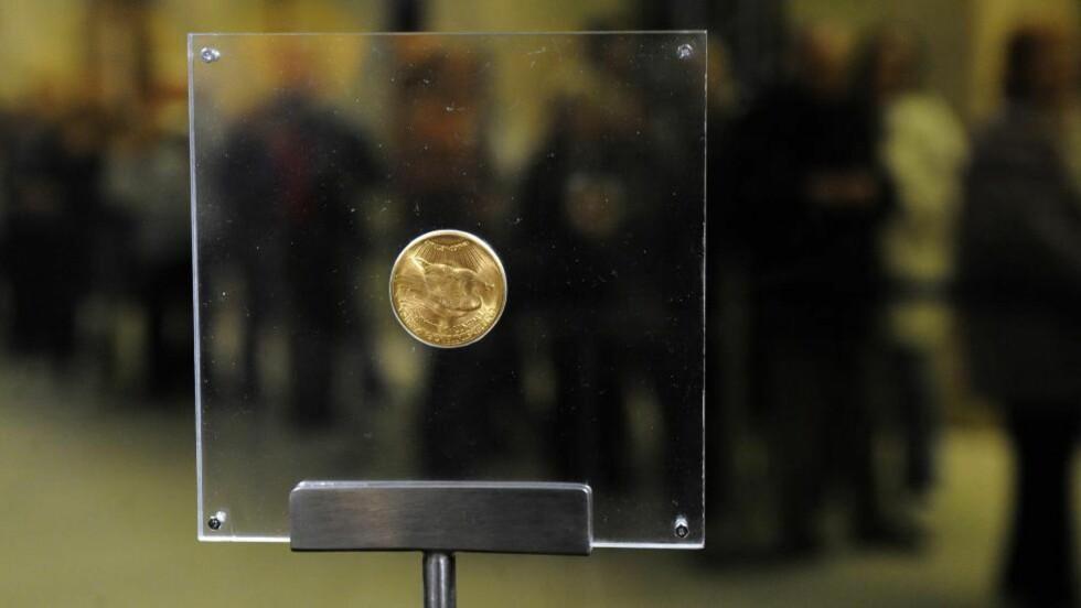RÅDYR: Denne mynten ble i 2002 solgt for i overkant av 7,5 millioner dollar. I bakgrunnen kan du se folk som står i kø for å ta en nærmere titt på mynten. FOTO: AFP
