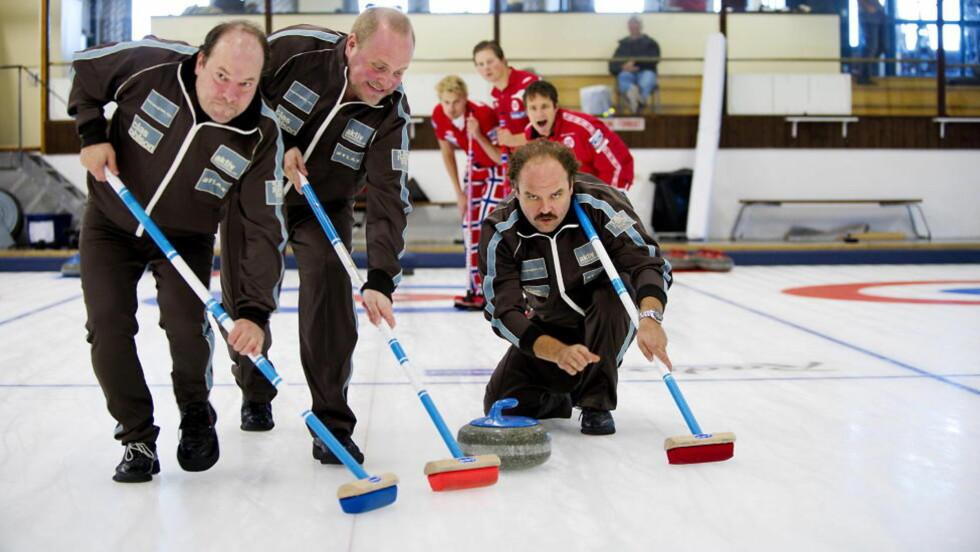 Publikumsfavoritter: Den norske komedien «Kong Curling» har vunnet publikumspris i California. Her er Atle Antonsen, Steinar Sagen og Jan Sælid i aksjon på isen. Foto: Øistein Norum Monsen / DAGBLADET