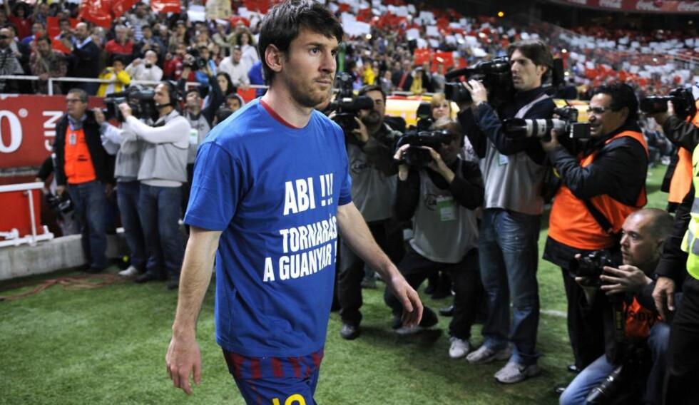 IKKE BARE PENGER: Lionel Messi stilte opp i en t-skjorte med støtte til leversyke Eric Abidal før Barcelonas kamp mot Sevilla søndag. Foto: AFP PHOTO / CRISTINA QUICLER