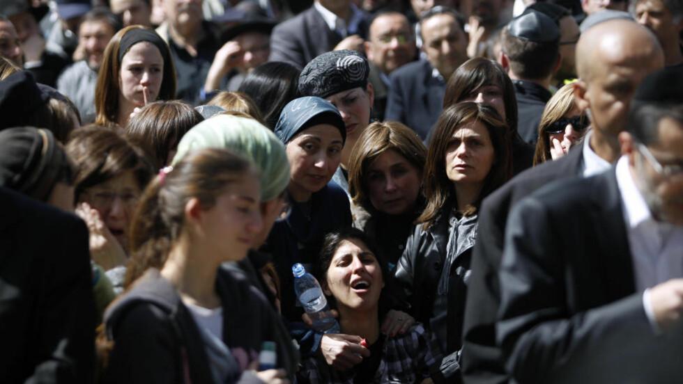 BEGRAVELSE: Moren til syv år gamle Miriam Monsonego som ble skutt og drept i Toulouse mandag, sørger over datteren under begravelsen. Foto: Baz Ratner/Reuters/Scanpix