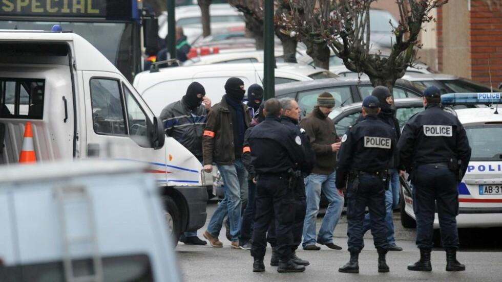 BELEIRING: Fransk politi har beleiret et hus i Toulouse der 24-åringen Mohamed Merah, mistenkt for flere drap den siste tiden, oppholder seg. Merah har sagt at han vil overgi seg klokken 12. FOTO: REMY GABALDA/AFP/SCANPIX