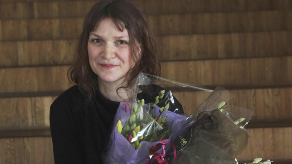 GODT FORNØYD: Merethe Lindstrøm mottok i går den prestisjetunge prisen Nordisk Råds Litteraturpris på Island, for boka «Dager i stillhetens historie». Resten av kvelden brukte hun på å feire. Foto: Scanpix