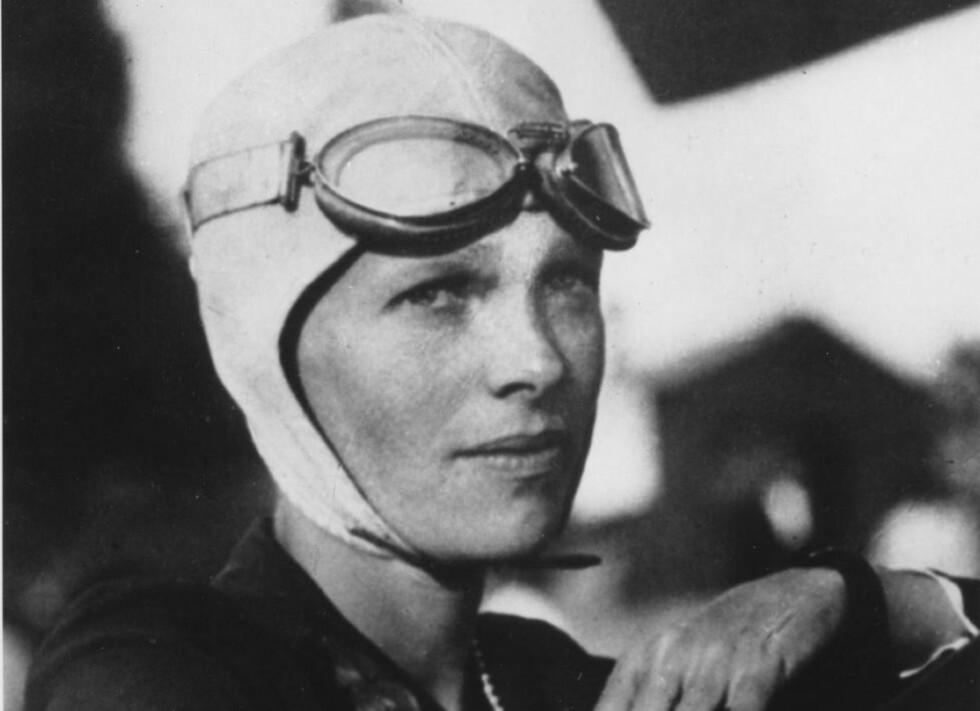 FLYPIONER: Amelia Earhart (f. 1897) fløy i 1932 over Atlanterhavet alene som første kvinne i verden, og var allerede superstjerne da hun i 1937 la ut på en strabasiøs og farlig tur som skulle bringe henne jorda rundt. 2. juli forsvant hun, og ble aldri funnet. To år seinere ble hun erklært død. Foto: AP/Scanpix
