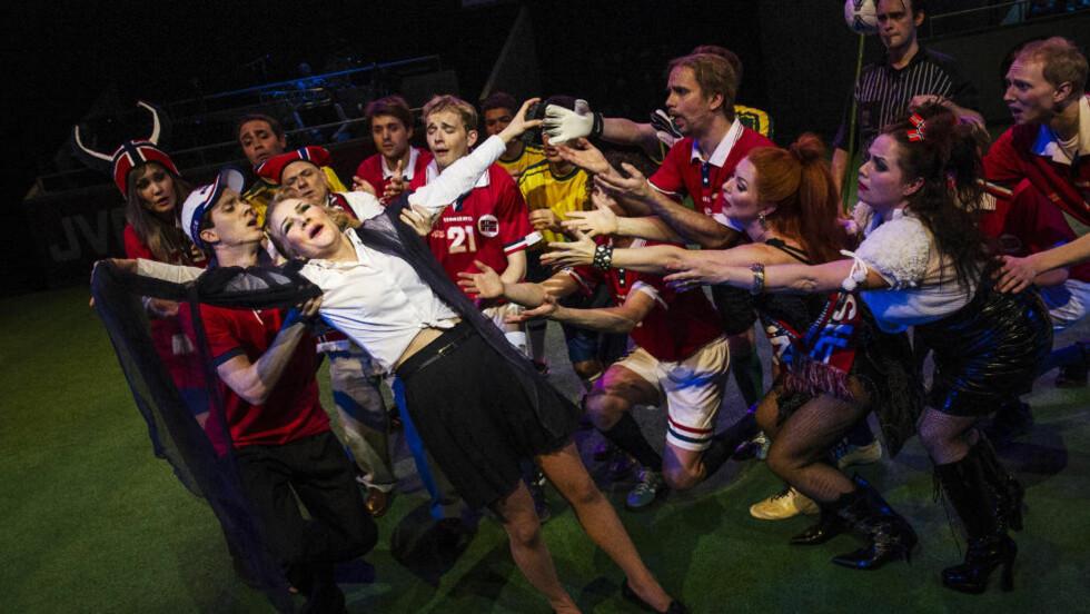 FOTBALLFEBER: Når fotball møter opera i «Norge-Brasil», kan Det Norske Teatret kåres til en vinner. Foto: Dag Jenssen, Det Norske Teatret