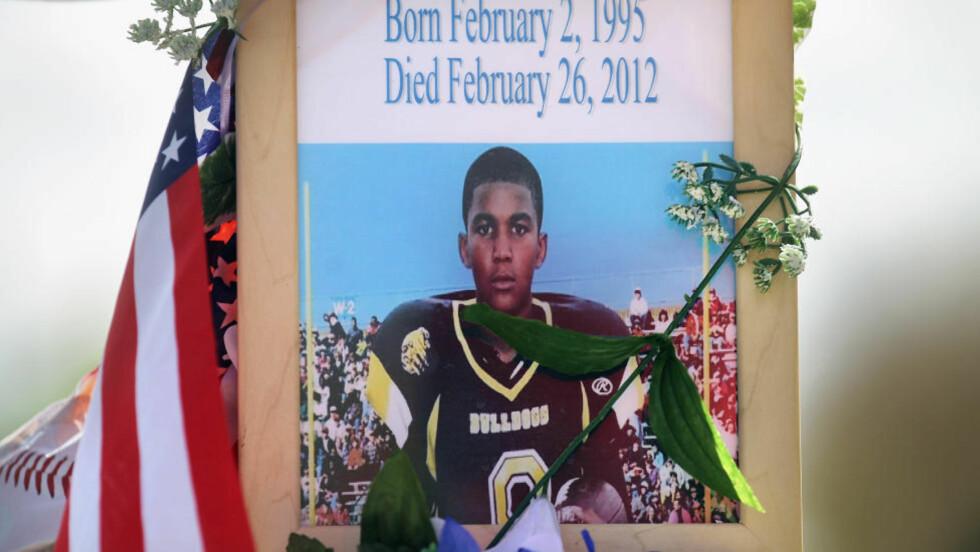 SKUTT OG DREPT: 17 år gamle Trayvon Martin ble skutt da han gikk hjem fra butikken. En lokal leder for nabolag-vakta, George Zimmerman, avfyrte det dødelige skuddet, men mener han handlet i selvforsvar og er ikke pågrepet. Det opprører nasjonen. Foto: Mario Tama/Getty Images/AFP/Scanpix