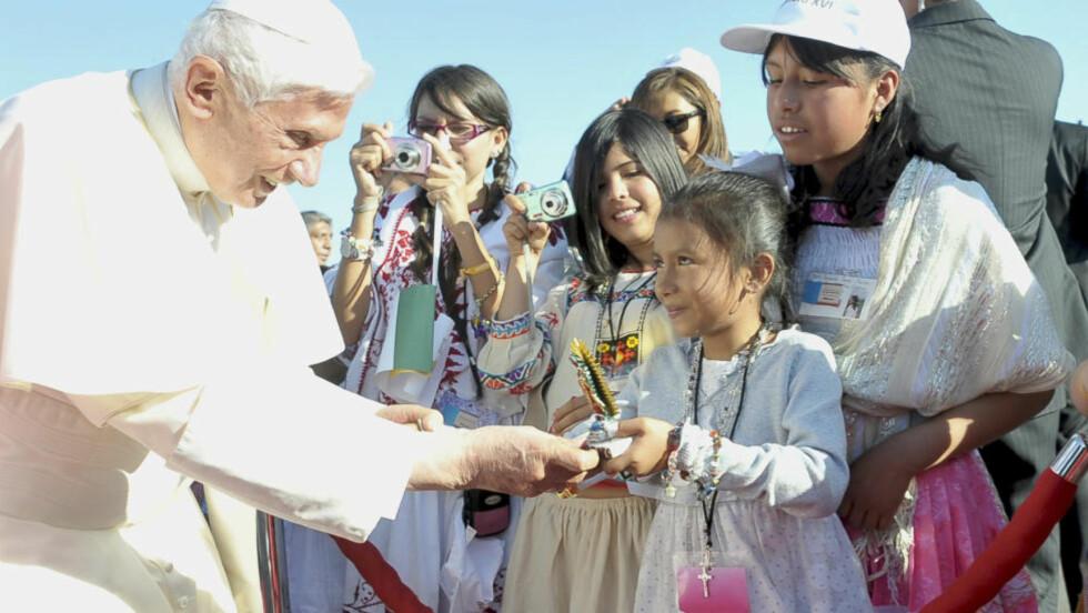 POPULÆR: Pave Benedikt XVIs popularitet er foreløpig ikke på nivå med forgjengerens, John Paul II, men skal være stigende etter at han igår ankom Mexico på sin første tur til den spansktalende delen av Latin-Amerika. Her møter han tilhengere i den meksikanske byen Leon. Foto: REUTERS/Osservatore Romano