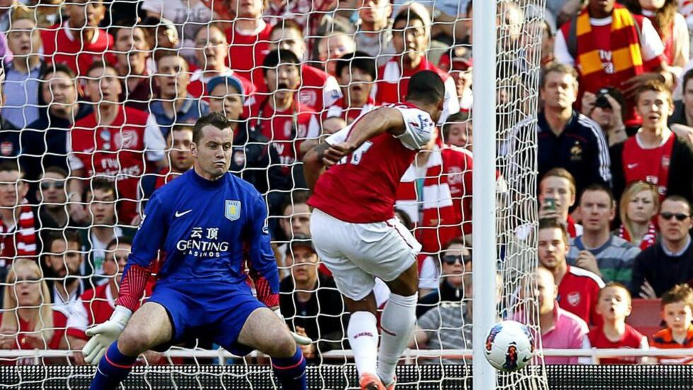 STRÅLENDE ANGREP: Theo Walcott øker til 2-0 alene med Shay Given. Foto: EPA/KERIM OKTEN