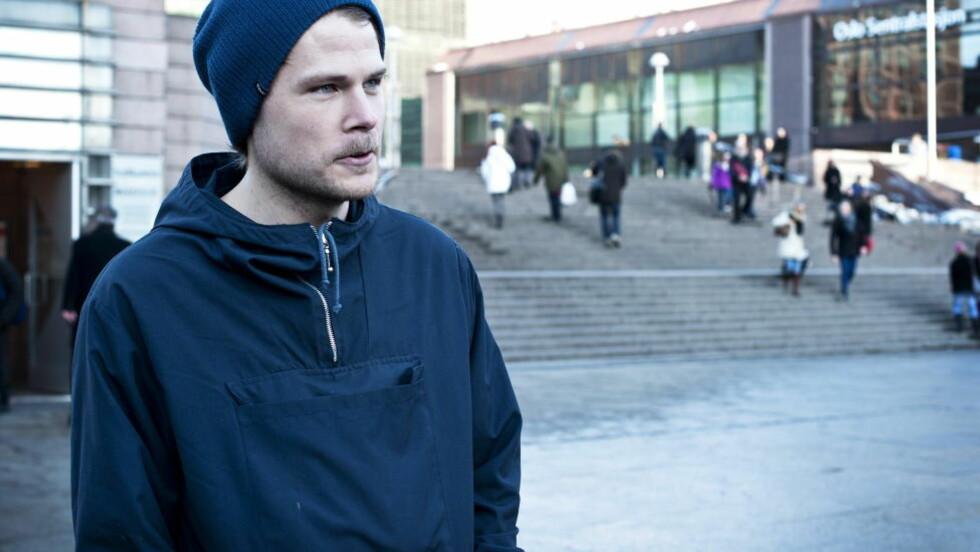 SNUS I VINDEN: Snus er i vinden, og anbefales av forskere framfor røyk. «Snuser» Mats Sparsby (24) sa nylig til Dagbladet at han snuser ofte, og at han blir «sur» om han ikke får snust. Foto: Melisa Fajkovic / Dagbladet