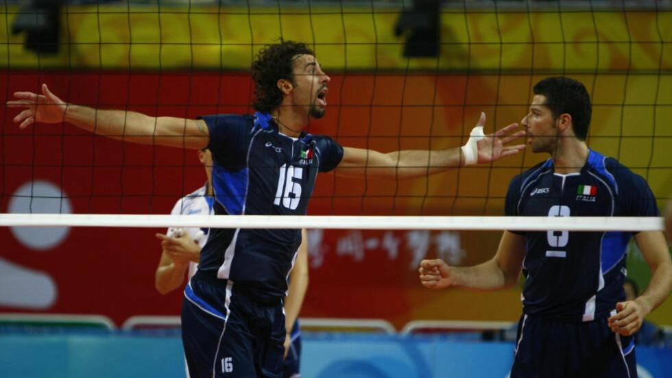 DØDE: Vigor Bovolenta (til venstre) falt om med hjertesvikt i en volleyballkamp på nivå fire i Italia. Foto:     REUTERS/Stefano Rellandini