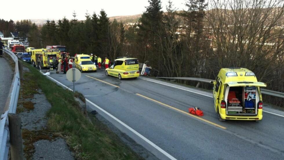 BIL OG BUSS KOLLIDERTE: Fire personer er sendt til sykehus etter at en buss og en bil kolliderte i Tysvær i ettermiddag.  Foto: Arthur Halseid / Dagbladet