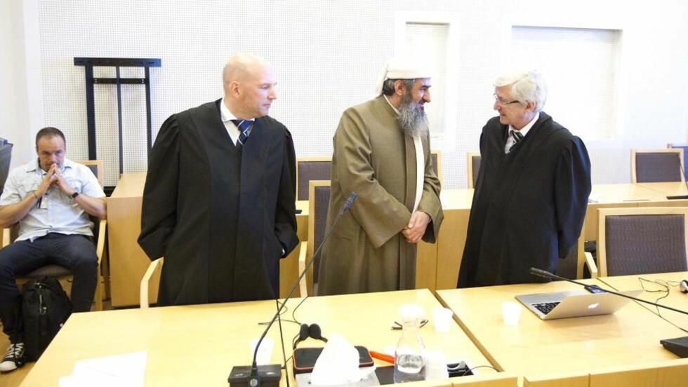DØMT: Mulla Krekar anket dommen på fem års fengsel. Her med sine forsvarere Brynjar Meling og Arvid Sjødin. Foto: Bjørn Langsem / Dagbladet.