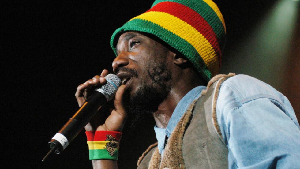 FLYTTET:  Den kontroversielle reggaeartisten Sizzla får ikke spille på Rockefeller torsdag. Bildet er tatt under en konsert i New York i 2003. Foto: Brad Barket / AP / Scanpix