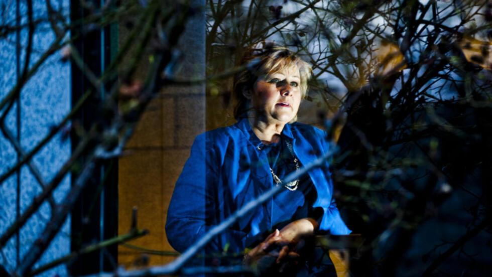 LETTER PÅ SLØRET:  Erna Solberg har hatt livvakt i to og et halvt år. Først trodde hun og mannen at det var best ikke å si noe til barna. Her er Høyre-lederen  på NRK Marienlyst før opptreden hos Ole Torps i Aktuelt på NRK 2 mandag kveld. FOTO: THOMAS RASMUS SKAUG/DAGBLADET.