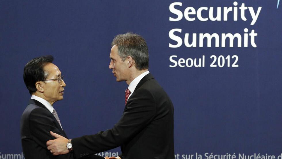 HILSER: Her hilser Sør-Koreas president  Lee Myung-bak på statsminister Jens Stoltenberg under «Nuclear Security Summit». Foto: REUTERS/Yuriko Nakao/Scanpix