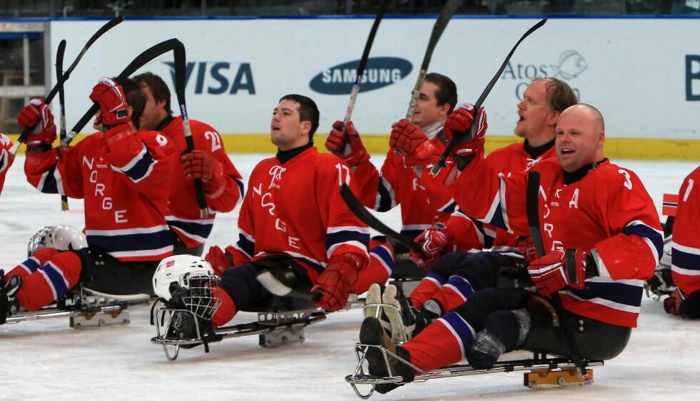 FÅR UNIK JOBBMULIGHET: Gutta på det norske kjelkehockeylandslaget kan nå få en unik mulighet til å kombinere jobb og satsing mot Paralympics i Sotsji om to år. Her fra Vancouver i 2010, da de endte på bronseplass. Foto: Getty Images