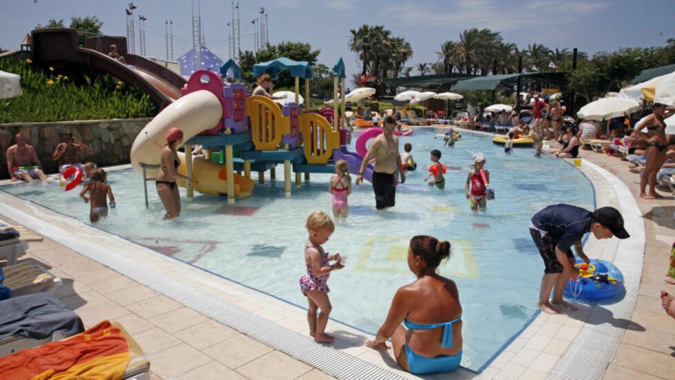 FERIEFAVORITTEN: Tyrkia frister barnefamiliene i sommer. Det 10 000 kvadratmeter store bassenget på Pegasos World er Middelhavets største.  Foto: EIVIND PEDERSEN