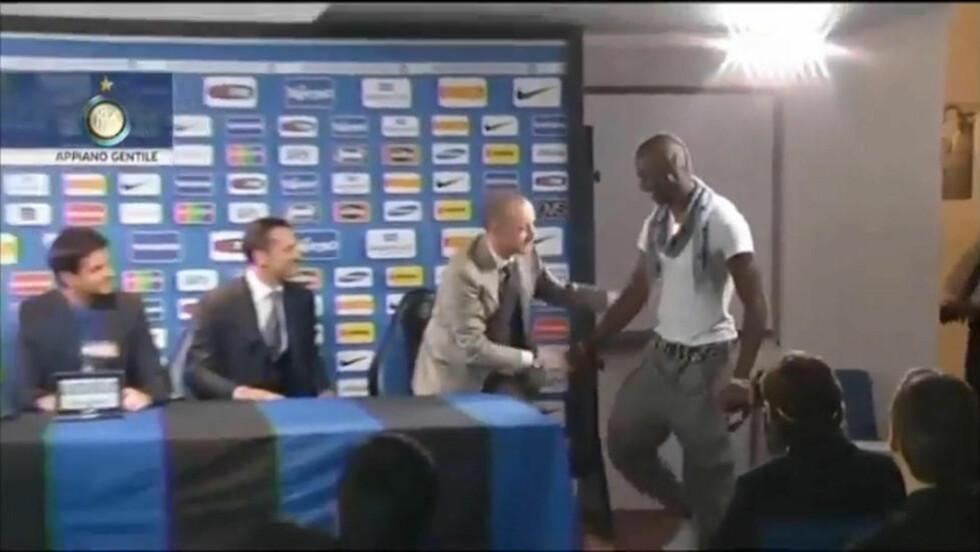 SE STUNTET: Mario Balotelli kom inn på Inters pressekonferanse. Foto: YouTube.