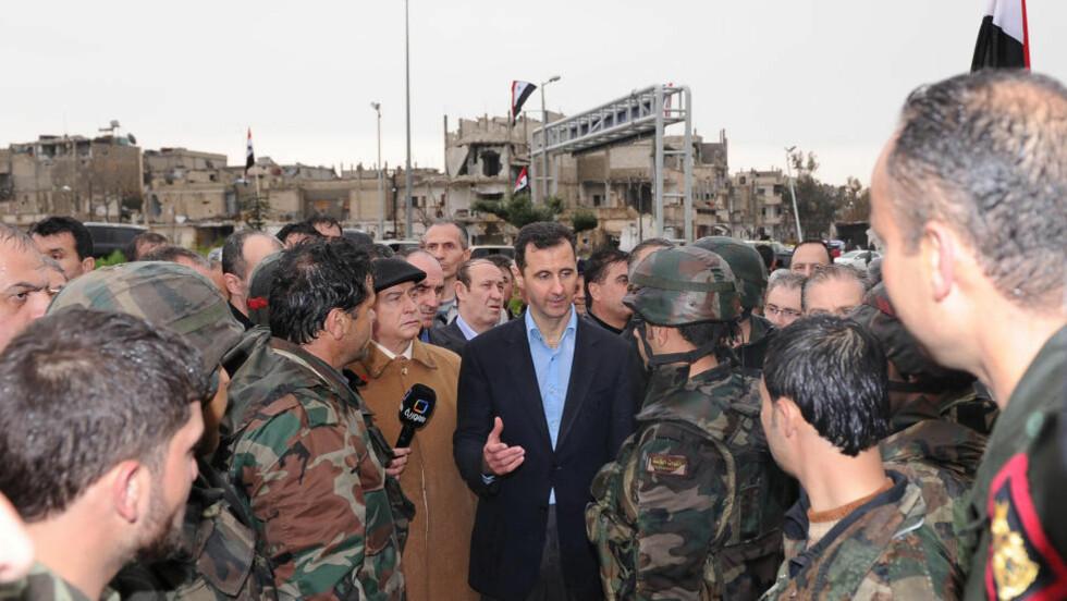 Syrias president Bashar al-Assad møter soldater etter at opprøret i Homs er slått ned. Homs er en av byene der Assads soldater systematisk har fanget barn.REUTERS/SANA/