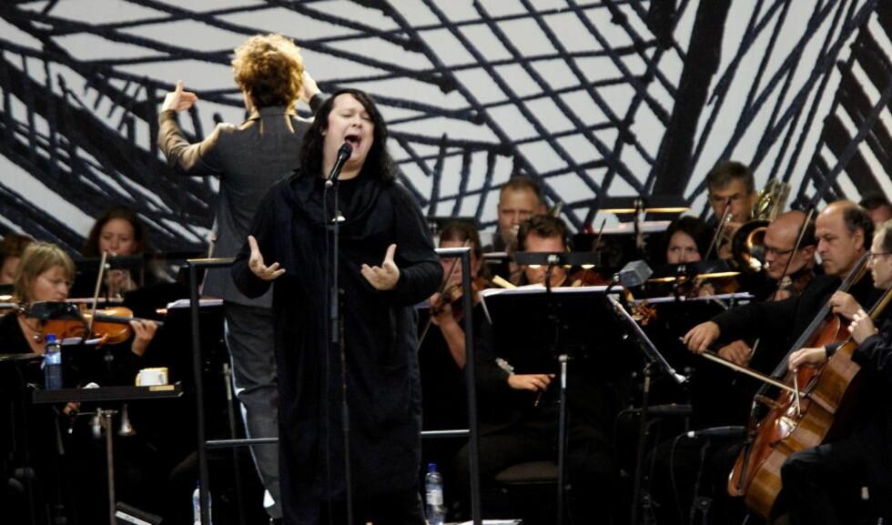 STORFORMAT:  Antony Hegarty er vel  kjent med stor orkesterledsagelse. Her er han sammen med Operaorkesteret i 2009, til sommeren stiller han med The Johnsons og TrondheimSolistene under Moldejazz. FOTO: TORBJØRN GRØNNING/DAGBLADET