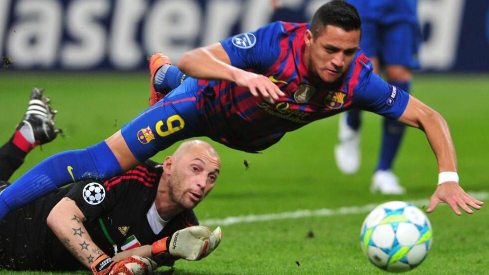 STRAFFE?: AC Milan Chistian Abbiati i duell med Barcelonas Alexis Alejandro Sánchez. Det ble ikke dømt straffespark. Foto:      AFP PHOTO / GIUSEPPE CACACE