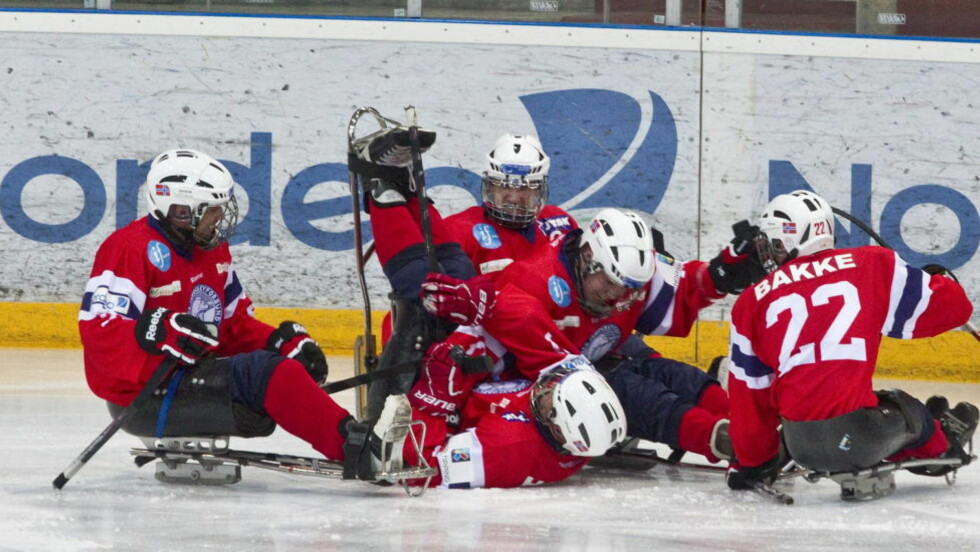 BEHOLDER PLASSEN: Norge vant 4-0 mot Japan, og unngår dermed nedrykk til B-VM. Her jubler de norske spillerne for scoring mot Canada i går. Foto: Geir Olsen / NTB Scanpix