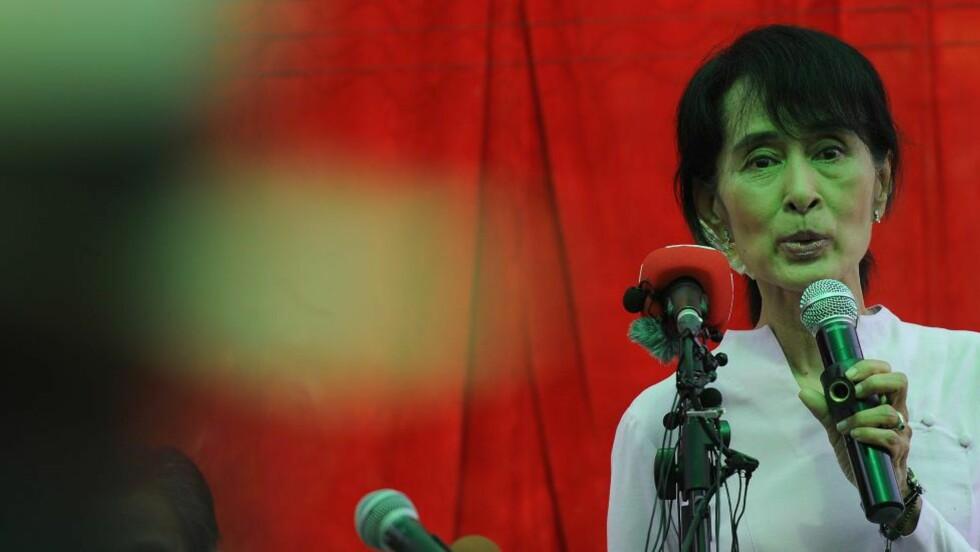 UREGELMESSIGHETER:  Opposisjonsleder Aung San Suu Kyi påpekte flere uregelmessigheter foran søndagens suppleringsvalg, da hun holdt pressekonferanse hjemme i Yangon fredag. FOTO: Christophe ARCHAMBAULT, AFP/NTB SCANPIX.