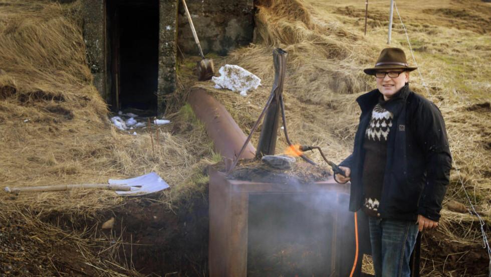 Skitrøykt lam: Sigurdbjørn Hjaltason serverer lam på tradisjonelt vis.Saueskitt blir samlet, trampet og blandet med halm. I løpet av 2 uker blir kjøttet konservert ved at man brenner saueskiten.