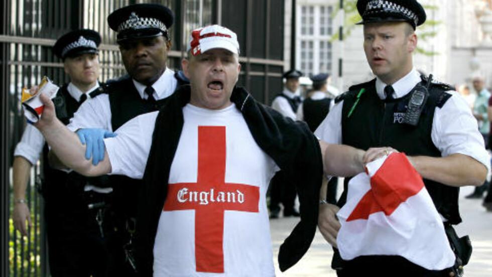 KJENT FOR VOLD:  Øyvind Strømmen mener medlemmer av English Defence League har ikke noe imot å slåss, og han frykter at kamper bryter ut i Aarhus i morgen. Dette bildet er tatt under en demostrasjon i London i fjor sommer. Foto: Kirsty Wigglesworth / AP Photo