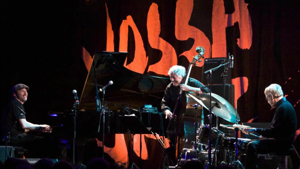 HUMOR: Smilet var ofte på plass i triokommunikasjonen mellom (f.v.) Carsten Dahl, Arild Andersen og Jon Christensen da de åpnet konsertrekka til årets Vossa Jazz i går. FOTO: TERJE MOSNES