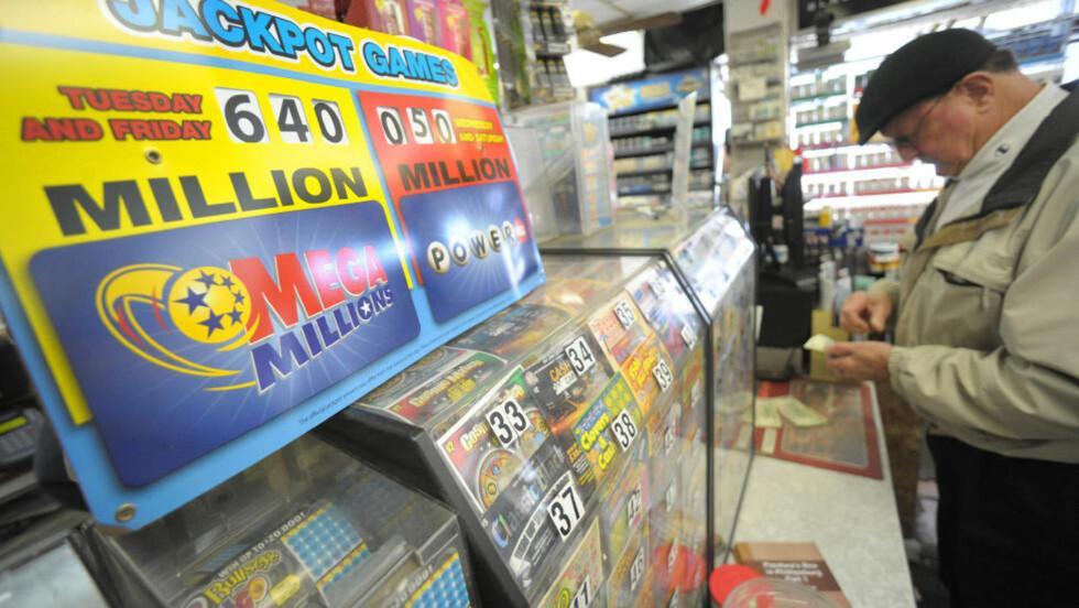 MANGE HÅPEFULLE: Det var mange amerikanere som håpte på å vinne 640 millioner dollar - 3,6 milliarder kroner. Her sjekker en mann sin Mega Million-kupong på en butikk. Foto: AP Photo/The Express-Times, Matt Smith/Scanpix