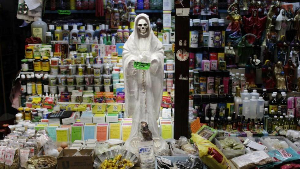 DØDSHELGEN: «La Santa Muerte» - «Dødshelgenen», tilbes i enkelte miljøer i Mexico. Nå har politi i delstaten Sonora pågrepet åtte personer de mener har stått bak tre ritualdrap. En 55 år gammel kvinne og to ti år gamle gutter skal ha blitt ofret til «Dødshelgenen». Bildet er fra en butikk i Ciudad Juarez. (AP Photo/Rodrigo Abd, File)