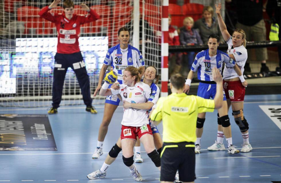 PAKKET GODT INN: Karoline Dyhre Breivang og Larvik-spillerne ble pakket godt inn i tomålstapet hjemme mot Buducnost.Foto: Peder Gjersøe/NTB scanpix