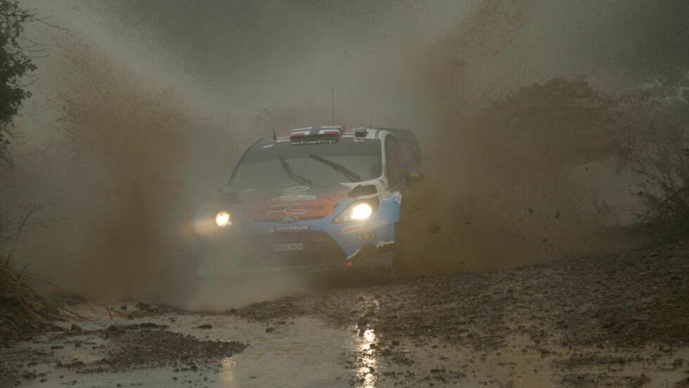 GJØRMEBAD: Mads Østberg kjører godt under særdeles vanskelige forhold i Rally Portugal og ligger på en foreløpig annenplass bak Mikko Hirvonen.Foto: AP Photo/Francisco Seco/NTB scanpix