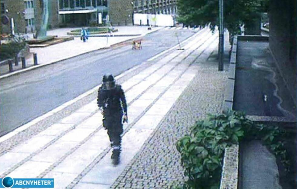 AVSLØRT: Politiuniformen Breivik har på seg idet han forlater regjeringskvartalet 22. juli var kjøpt billig. Nå mener politiet de har kartlagt hva han brukte på terrorangrepene. Foto: ABC Nyheter