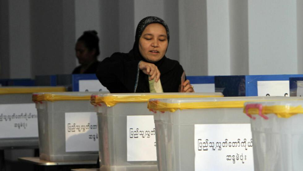 VALG: Det var på forhånd ventet at Aung San Suu Kyi skulle få mange stemmer under valget. Nå kommer anklagene om valgfusk. Foto: AP Photo/Khin Maung Win/ScanpixNTB