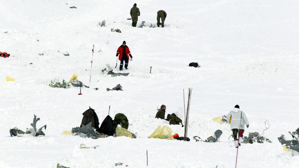 NYE FUNN: Flere minnekort fra det norske Hercules-flyet «Siv» som krevde fem menneskeliv da det krasjet i fjellet Kebnekaise i Sverige under militærøvelsen Cold Response er nå funnet. Foto: Roger Vikström/Scanpix