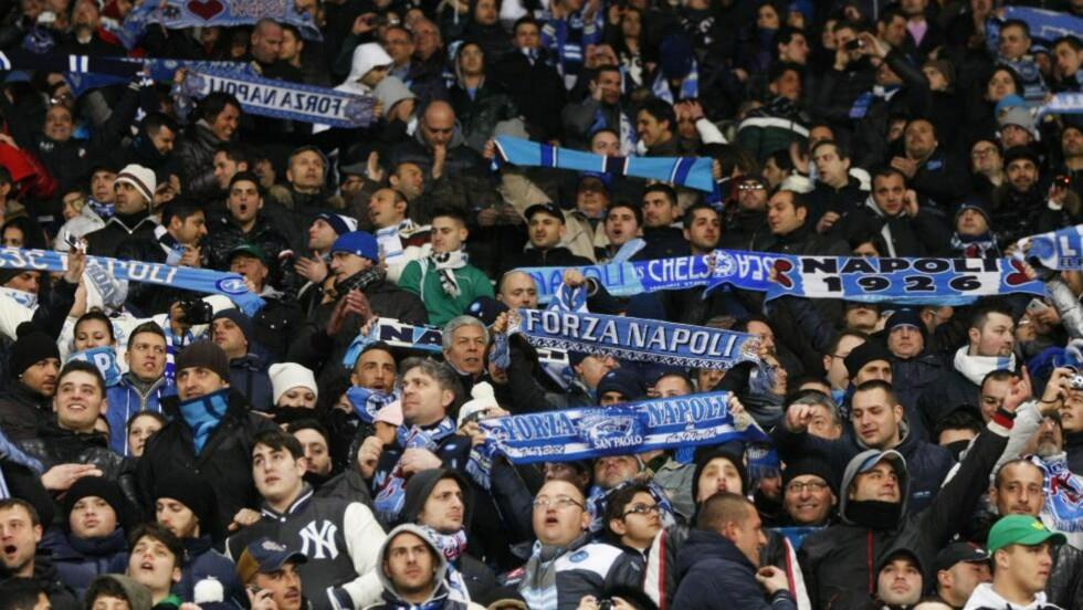 I TRØBBEL: En Napoli-fan ble knivstukket da supporterbussen stoppet på vei til kveldens bortekamp mot Juventus. Supporterne havnet i trøbbel med Milan-fans som stoppet på samme sted. Foto: AFP PHOTO / CARLO HERMANN
