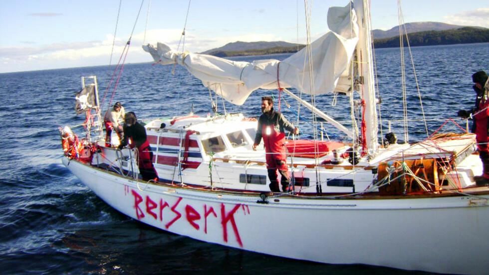 ANHOLDT:  Jarle Andhøy og hans mannskap ble lørdag stanset av et chilensk marinefartøy. Da var båten ifølge Andhøys talsmann Rune «Supern» Olsgaard omdøpt fra «Nilaya» til «Berserk». Foto: Armada de Chile