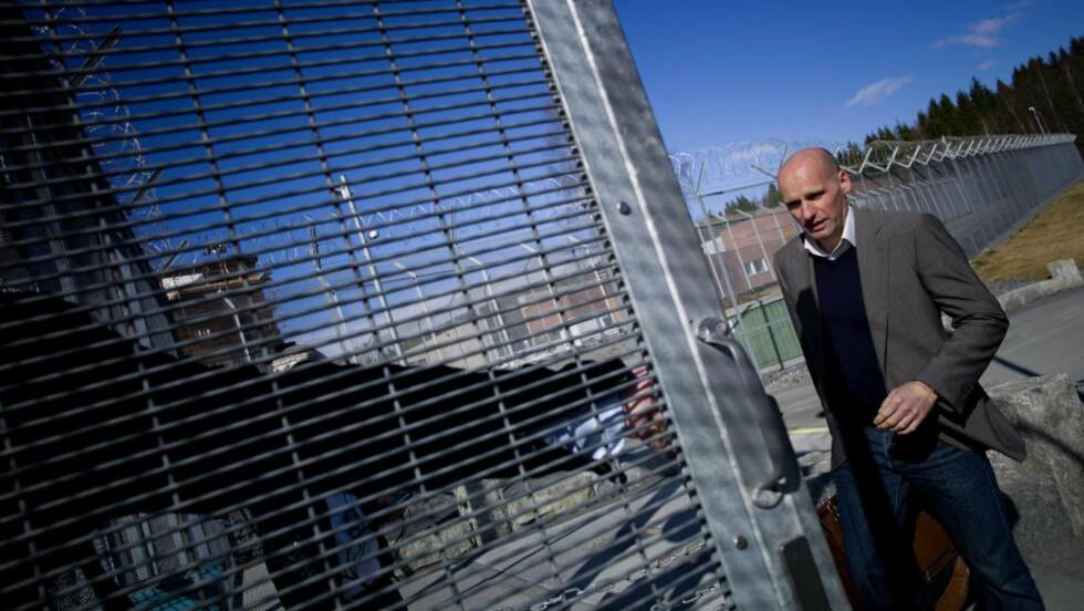 DRØFTER VITNELISTE:  Forsvarer Geir Lipepstad på vei inn i Ila fengsel og sikringsanstalt i Bærum i dag for drøfte vitneliste  emed Anders Behring Breivik. FOTO: TOMM W. CHRISTIANSEN/DAGBLADET.