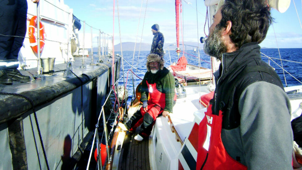 TATT INN: Her snakker mannskapet med de chilenske soldatene som tok kontakt med dem i chilensk farvann. I midten av bildet er også Busby Noble, som reiser uten pass. Foto: Armada de Chile