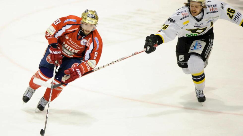 SJOKKSEIER:Lørenskog vant overraskende 3-1 borte mot Stavanger i første kamp av NM-finalen i ishockey mandag. Her kjemper vertenes Martin Strandfeldt (t.h.) og Lørenskogs James Sixsmith om pucken. Foto: Kent Skibstad / NTB scanpix