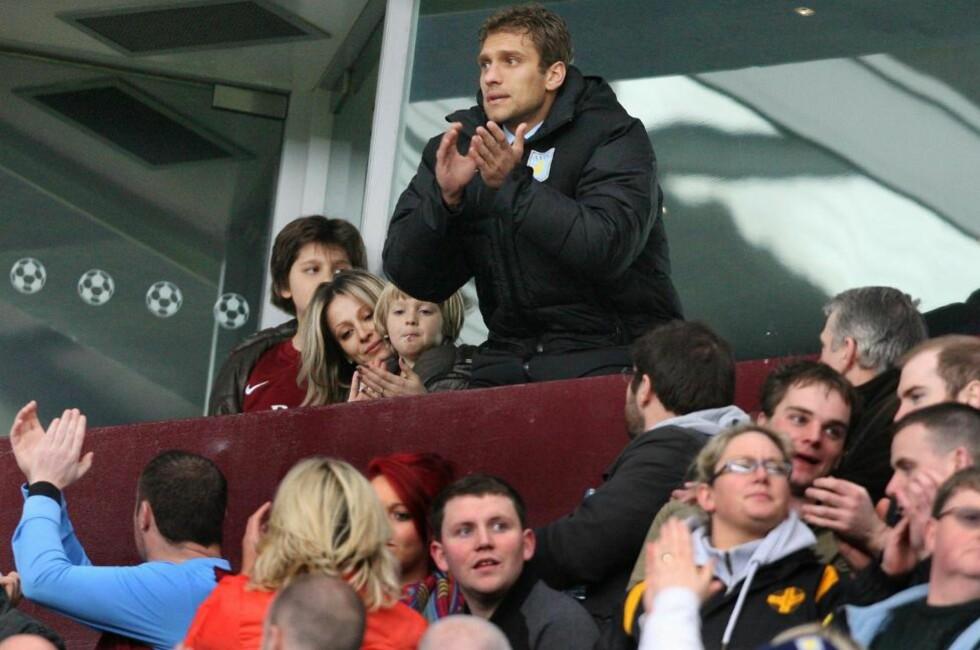 BLE HYLLET: Stilijan Petrov og familien satt på tribunen da Aston Villa møtte Chelsea på lørdag. Villa-kapteinen ble hyllet av både supportere og spillere. Foto:  EPA/LINDSEY PARNABY