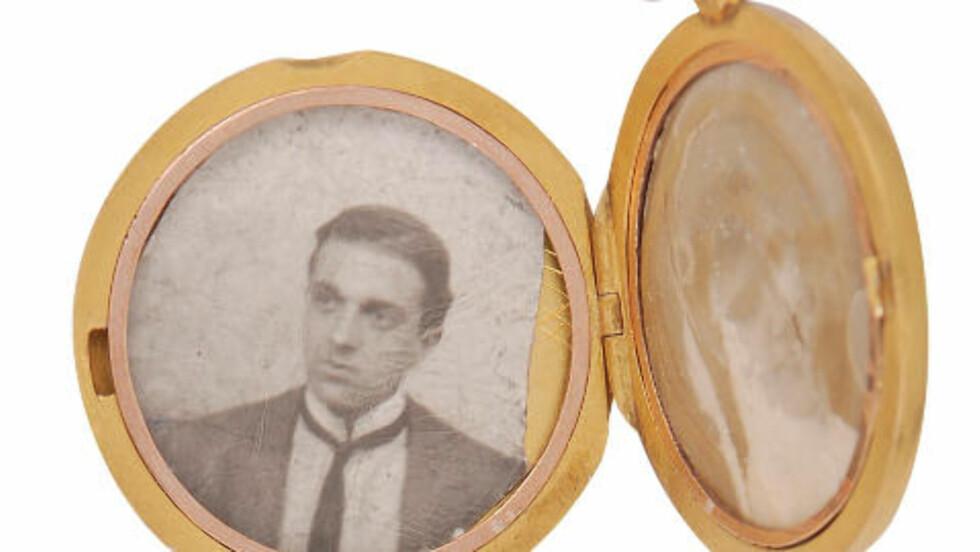OPP FRA DYPET:  Denne medaljongen, formet som en kapsel og utstyrt med to fotografier, er blant gjenstandene som er blitt hentet opp fra vraket av passasjerskipet Titanic. Til helgen markerer Nord-Irlands hovedstad Belfast, der skipet ble bygd, at det denne våren er 100 år siden Titanic forliste. Skipet sank 15. april 1912, etter at det kolliderte med et isfjell som rev opp skipssiden. Foto: Reuters/NTB Scanpix.