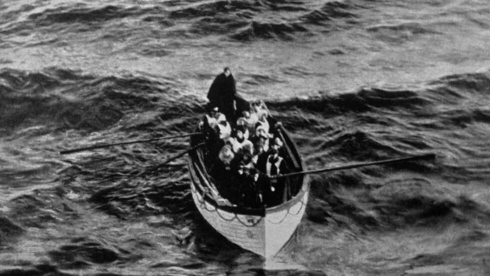 """EN AV FÅ LIVBÅTER:  En livbåt med overlevende fra Titanic nærmer seg skipet """"Carpathia"""" etter at """"Titanic"""" forliste 15. april 1912. I løpet av de 100 årene som har gått siden katastrofen, er det skrevet bøker, laget film og holdt mange utstillinger til minne som passasjerskipet «som ikke kunne synke». Til helgen åpnes et nytt stort Titanic-senter i Nord-Irlands hovedstad Belfast, der Titanic ble bygd. Foto: Ralph White/Reuters/NTB Scanpix."""