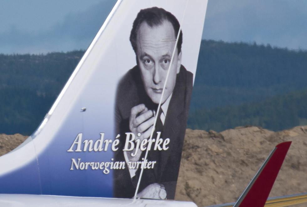 UTEN SIGAR: André Bjerke er en av Norwegians eksisterende «halehelter». Men da de skulle trykke bildet av Bjerke på haleroret, valgte de først å retusjere bort sigaren han hadde i hånda. Foto: Norwegian.